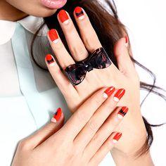 Mana Code x004(ビックリボンフレンチ)  ヌーディーベージュとレットの逆フレンチにブラックの大きめリボンがのったデザイン。  女の子の特権とでも言うべきビックリボンのキュートなインパクトが◎  。