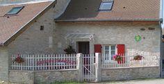 Situé dans le hameau de Chapieu, aux alentours de Montalieu, Morestel et Crémieu, le Gîte des Lauzes vous reçoit dans une jolie maison traditionnelle de l'Isle-Crémieu, entièrement restaurée et mitoyenne à la maison des propriétaires.