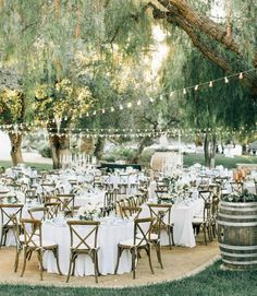 String lights, cross-back chairs, round reception tables, and that California al fresco vibe! | Photography: @jennabechtholt |…