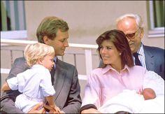 Le 3 août 1986, la princesse Caroline de Monaco donnait le jour à sond euxième enfant et première fille au Centre hospitalier Princesse Grace. Le bébé reçut les prénoms de Charlotte, Marie, Pomeline. Ici, la princesse Caroline à la sortie de la maternité tenant Charlotte dans ses bras et accompagnée de son époux Stefano Casiraghi …