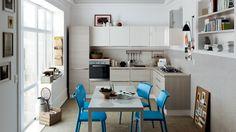 Die effektivste Methode für die Küchengestaltung bleibt nach wie vor der offene Küchenraum. Wenn Sie auf Wände und Verschränkungen verzichten, gewinnen Sie
