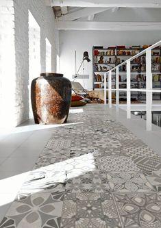 Espacio diáfano con un atractivo pavimento realizado con baldosas hidráulicas.