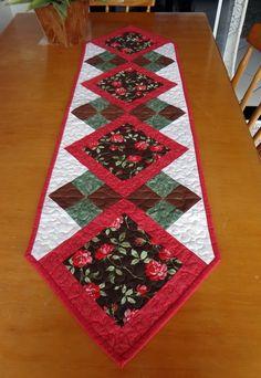 Caminho de mesa em patchwork, confeccionado com tricoline nacional, medidas 33 cm de largura por 115 de comprimento de ponta a ponta.  Quiltada e recheada com manta resinada R1, e forro em algodão crú.  Uma peça perfeita para uma bancada, uma mesa pequena, dando um toque de alegria . R$ 90,00