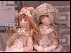 Video tutorial per realizzare le faccine per bambole utilizzando una pallina di polistirolo, degli spilli e una tela particolare che si chiama Toile che è in...