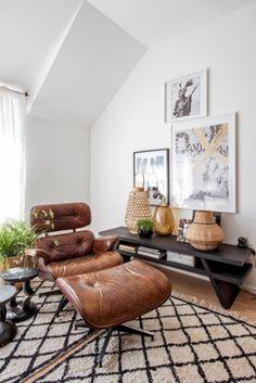 V pracovně našlo místo už hodně staré ikonické křeslo – Eames Lounge Chair https://emfurn.com/collections/dining-chairs