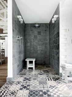 Salle de douche en gris - uni au mur et patchwork de motifs au sol #grey #bathroom #tiles