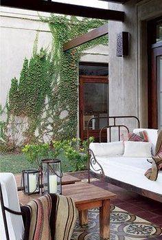 Decoracion con terminaciones artesanales - estudio A&T Outdoor Spaces, Outdoor Living, Outdoor Decor, Iron Wall Decor, House With Porch, Diy Bed, Small Patio, Dream Rooms, Porch Swing