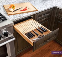 kitchen remodeling trends The KraftMaid® Knife Cutting Center is a knife storage and cutting board all in one drawer. It keeps your cutting board and knives easily and safely organized, so they're in reach when you need them. Kitchen Drawer Organization, Diy Kitchen Storage, Pantry Diy, Pantry Closet, Classic Kitchen, Vintage Kitchen, 1950s Kitchen, Kitchen Modern, Modern Farmhouse