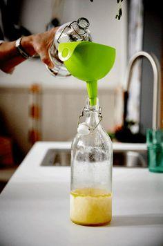Boissons fraîches ? Remplissez le fond d'une bouteille avec du jus concentré et mettez-la au congélateur. Lorsque vous emporterez votre pique-nique, la bouteille réfrigérée gardera votre dessert au frais. Quand vous avez soif, ajoutez juste de l'eau au concentré et vous avez une boisson bien fraîche. #ikea