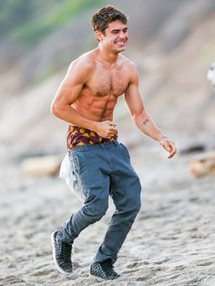 Zac Efron Photos - Zac Efron is seen on the set of 'We Are Your Friends'. - Zac Efron Goes Shirtless on Set Zac Efron Tattoo, Men Beach, Shirtless Men, Attractive Men, Man Crush, On Set, New Movies, Beautiful Men, Beautiful Things
