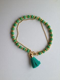 Green and gold beaded bracelet with chain and tassel pendant Pulseira verde corrente e tassel