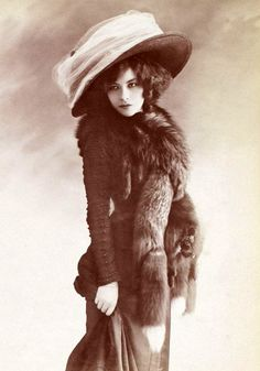 Giant Hats: The Favorite Fashion Style of Women From the early Years of the 20th Century (click for more)