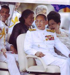 Our Beloved Thai Royal Families King Rama 10, King Phumipol, King Pic, King Photo, King Of Kings, King Queen, King Thailand, Queen Sirikit, Bhumibol Adulyadej