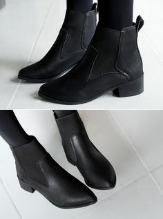 合成皮革素材を使ったゴム素材配色ショートブーツです。 履き口の前側全体にゴム素材があしらわれて脱ぎ履きがスムーズに☆【SOVO】