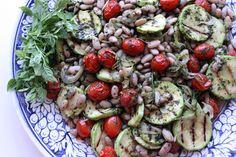 Salada de feijão branco e abobrinhas com salsa de manjericão