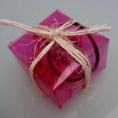 Cómo hacer una caja de regalo o bombonera cuadrada con una botella de plástico #gotasdesolidaridad contra el cáncer de mama #solandecabras #solidaridad