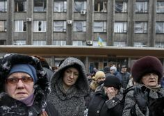 Local residents wait for a bus to flee the conflict in Debaltseve, eastern Ukraine, February 6, 2015. REUTERS/Gleb Garanich