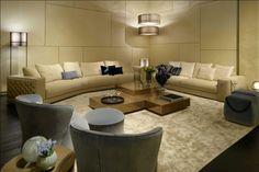 Salón clásico con sofá Trevi y butacas Quadrum de Fendi Casa