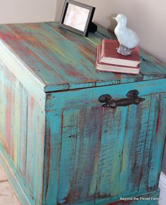 DIY recycled pallet chest - would be AWESOME for outside (to store the garden stuff . like pots seeds n such) - maybe do a better paint job though Pallet Trunk, Pallet Chest, Pallet Crates, Pallet Art, Wood Pallets, Diy Pallet, Pallet Boards, Pallet Ideas, Recycled Pallets