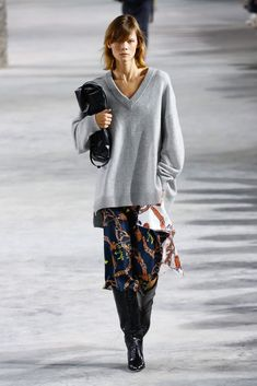 The complete Tibi Fall 2018 Ready-to-Wear fashion show now on Vogue Runway. Knitwear Fashion, Knit Fashion, 80s Fashion, Fashion Week, Fashion Stores, Fashion Brands, Womens Fashion, Fall Outfits 2018, Winter Outfits Women