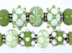 Handcrafted Avocado and Vanilla Lampwork Bead Set Sharpline Designs SRA… Polymer Clay Beads, Lampwork Beads, Beaded Rings, Beaded Jewelry, Jewellery, Handmade Beads, How To Make Beads, Bead Art, Bunt