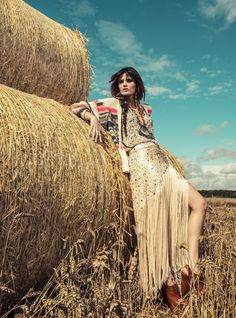 Isabeli Fontana by Jacques Dequeker for Vogue Brasil December 2012 Farm Fashion, Country Fashion, Fashion Shoot, Editorial Fashion, Boho Fashion, Vogue Editorial, Isabeli Fontana, Editorial Photography, Photography Poses