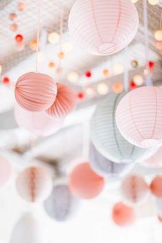 Voici de superbes photos de ciels de lanternes, de quoi faire rêver les futurs mariés ! Ces décors se modulent en fonction de vos envies et ils sublimeront magnifiquement votre lieu de fête. Si vous souhaitez des conseils pour créer votre ciel : que ce soit sur les coloris ou les quantités, nous sommes à …