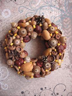 Podzimní věneček z darů přírody Věneček zdobený žaludy, kaštany, šiškami a klokočím, doplněný neloupanými mandlemi, pistáciemi a kukuřicí, která věneček příjemně rozjasní :-) Je ho možné použít jako interiérovou dekoraci nebo pomocí stužky popř. drátku zavěsit na domovní dveře, do okna apod. (mám podobný věneček od loňska a i letos vypadá jako nový ...