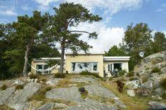 TREFUNKIS: Denne hytta ble oppført i 1935/36 i såkalt byggmesterfunkis, også kalt trefunkis eller folkefunkis. Dette var en populær stil på 1930-40-tallet og en billigere variant av betongfunkisen. Her er det karakteristiske flate taket, den kubiske formen og de store glassflatene. Cabin, Architecture, House, Cold, Arquitetura, Home, Cabins, Cottage, Architecture Design