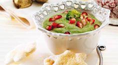 Un contorno dai colori vivaci e dal gusto acuto: crema di broccoli e chicchi di melagrana. Per accompagnare un secondo dal sapore forte e deciso, come ad esempio un carré di carne o un arrosto, la crema di broccoli e chicchi di melagrana è l'ideale. Scopriamo insieme come procedere per questa deliziosa crema di broccoli.