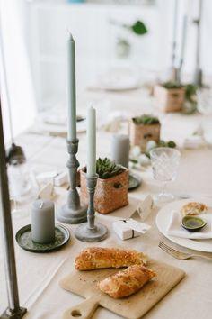 Tischdeko mit Sukkulenten für eine Konfirmation Green Wedding, Summer Wedding, Partys, Table Settings, Wedding Inspiration, Happy Birthday, Candles, Halloween, Party Ideas