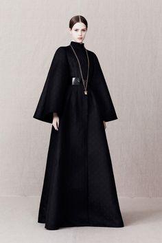 The complete Alexander McQueen Pre-Fall 2013 fashion show now on Vogue Runway. Dark Fashion, High Fashion, Autumn Fashion, Alexander Mcqueen, Fashion Week, Fashion Show, Fashion Design, Fashion Trends, Runway Fashion