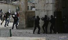 شبان يستهدفون قوات الاحتلال والمستوطنين بالحجارة والألعاب النارية قرب شارع الشهداء وسط الخليل: شبان يستهدفون قوات الاحتلال والمستوطنين…