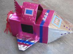 Nave espacial ! Una nave espacial hecha con una caja de carton, papel de regalo metalico y objetos reciclados para simular botones, luces, ventanas e insignias y un poco la imaginacion.