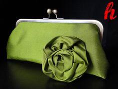 Eine edle Abendtasche ganz aus Seide, die je nach Vorliebe als Clutch oder Wristlet getragen werden kann.  Die Seidenblüte ist zum Anstecken, kann also auch abgenommen und zum Beispiel passend...