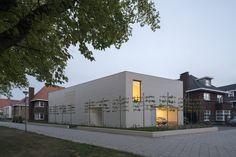 Kontrastem k otevřenému domu směrem na jih je uliční fasáda s jediným oknem a domovním hlavním vchodem.