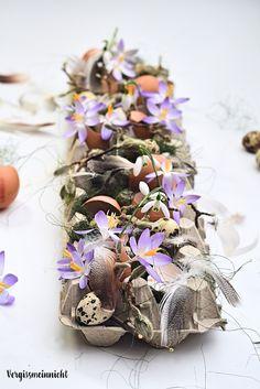 Schöne Osterdekoration im Eierkarton. Wunderschön mit Blumen zu Ostern, einem Osterbrunch oder einfach im Frühling. Mit frischen Blumen aus dem Garten. Außerdem auch ein schönes selbstgemachtes Geschenk. Die DIY Anleitung gibt es auf meinem Blog.