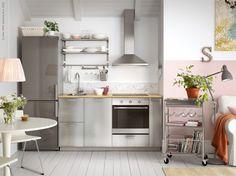 Rostfria ytor är ett säkert kort när du vill göra om i köket. METOD kök med GREVSTA luckor och lådfronter, GRUNDTAL hylla och GRUNDTAL rullbord.