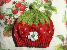 Zauberhafte Babymütze als Erdbeere mit weissen Pünktchen, rundgestrickt, geschmückt mit einer Blüte.  Gestrickt aus mercerisierter Baumwolle aus dem Fachhandel. Bis KU40 - 12,95€ bis KU46 -...