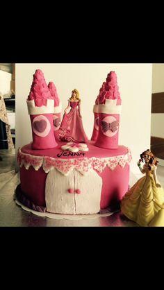 Mon premier chateau de princesse 😉 pour plus de photos allez sur mon blog et donnez moi votre avis www.lovecake.over-blog.com 😘