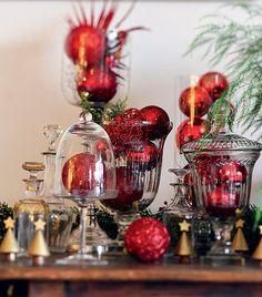 Arranjos com bolas: dentro de campânulas e vasos, as bolas de Natal criam efeito especial (Decoração de Natal | Christmas decor)