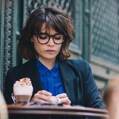 couleur marron glacé cheveux, coupe de cheveux courte, femme aux lunettes de vue