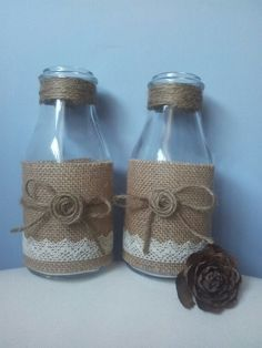 This Pin was discovered by Ayg Glass Bottle Crafts, Diy Bottle, Bottle Art, Mason Jar Crafts, Mason Jar Diy, Burlap Crafts, Decor Crafts, Bottles And Jars, Glass Bottles