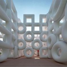 'Chain' - a roving inflatable labyrinth installation by Cyril Lancelin of Town and Concrete . Installation Interactive, Structures Gonflables, Sculpture Textile, Instalation Art, Arte Popular, Objet D'art, Simple Shapes, Public Art, Oeuvre D'art