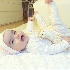 Chilling with Sophie the giraffe @lunathunder #toocute #giraffe #babyyoga #madeincanada #organiclayette #littleauggie #pink #babygift #cotton #organiccotton #babyblanket #babygirl