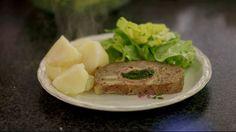 Gehaktbrood gevuld met een rolletje van ham, spinazie en abdijkaas - Recepten - ei