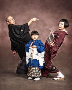 "Seven-five-three family photos in ""Jojo standing"" .- 「ジョジョ立ち」姿で七五三の家族写真 八王子の写真館… Seventy-five family photos in the form of ""Jojo standing"" released in Hachioji& photo studio-Hachioji Keizai Shimbun - Family Portraits, Family Photos, Large Family Photography, People Having Fun, Rite Of Passage, Action Poses, Jojo Bizzare Adventure, Retro Aesthetic, Actor Model"