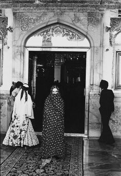 Elizabeth Taylor - Iran. VF.
