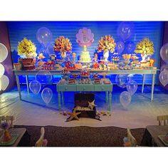 """#mulpix Visão geral da mesa do bolo e doces da festa sereias da Laura. Usamos mobiliário e painel em tons de água, balões imitando bolhas e uma impressão de mar no chão, tudo para dar um clima bem """"fundo do mar"""". Amamos o resultado!  #festasereias #festafundodomar #fundodomar #pequenosluxosfestas #pequenosluxos"""