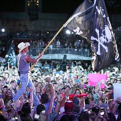 With the wave of a flag, Kenny Chesney kicks off another concert – this one in Tampa, Fla. – as part of his No Shoes Nation tour. http://www.people.com/people/gallery/0,,20682576,00.html#21295514